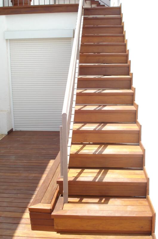 Escaleras madera exterior barcelona 1 deckingpark online for Como trazar una escalera de madera