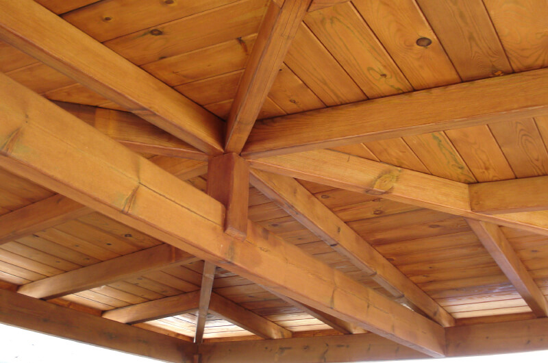porche-cuatro-aguas-madera-pino-tintado-barcelona-4