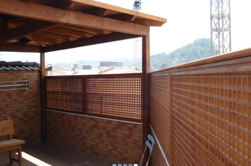 porche-cuatro-aguas-madera-pino-tintado-barcelona-5