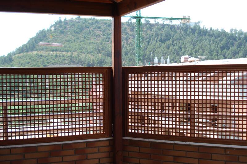 porche-cuatro-aguas-madera-pino-tintado-barcelona-7